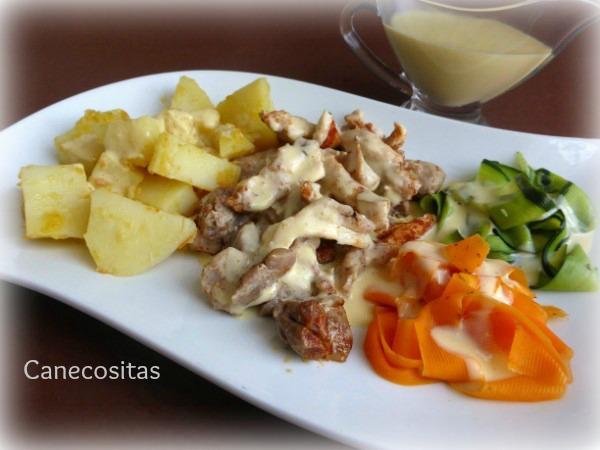 Crema de verduras, pollo y patatas con salsa suprema