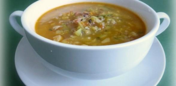 Sopa de verduras con jamón y huevos poché